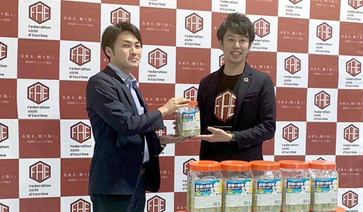 愛知県フェンシング協会の冨田弘樹常任理事に手渡しました